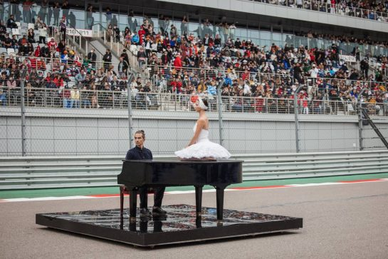 Grid atmosphere - a ballet dancer and a pianist. 26.09.2021. Formula 1 World Championship, Rd 15, Russian Grand Prix, Sochi Autodrom, Sochi, Russia, Race Day. - www.xpbimages.com, EMail: requests@xpbimages.com © Copyright: Bearne / XPB Images
