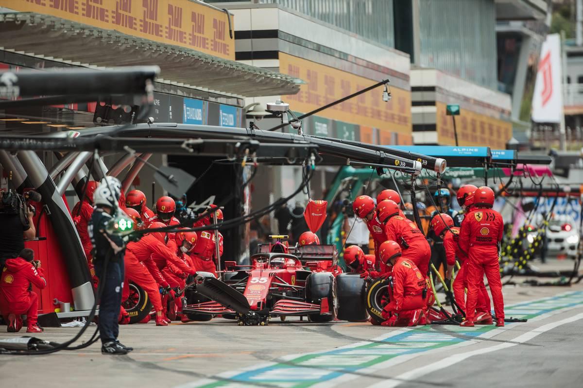 Carlos Sainz Jr (ESP) Ferrari SF-21 makes a pit stop. 26.09.2021. Formula 1 World Championship, Rd 15, Russian Grand Prix, Sochi Autodrom, Sochi