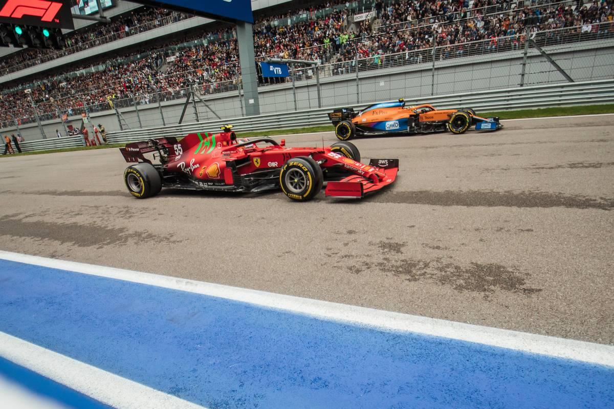 Carlos Sainz Jr (ESP) Ferrari SF-21 and Lando Norris (GBR) McLaren MCL35M at the start of the race. 26.09.2021. Formula 1 World Championship, Rd 15, Russian Grand Prix, Sochi