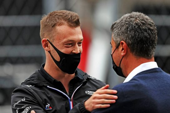 (L to R): Daniil Kvyat (RUS) Alpine F1 Team Reserve Driver with Michael Masi (AUS) FIA Race Director on the grid. 26.09.2021. Formula 1 World Championship, Rd 15, Russian Grand Prix, Sochi Autodrom, Sochi, Russia, Race Day. - www.xpbimages.com, EMail: requests@xpbimages.com © Copyright: Moy / XPB Images