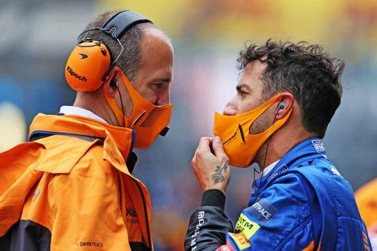 (L to R): Tom Stallard (GBR) McLaren Race Engineer with Daniel Ricciardo (AUS) McLaren on the grid. 26.09.2021. Formula 1 World Championship, Rd 15, Russian Grand Prix, Sochi Autodrom, Sochi, Russia, Race Day. - www.xpbimages.com, EMail: requests@xpbimages.com © Copyright: Moy / XPB Images