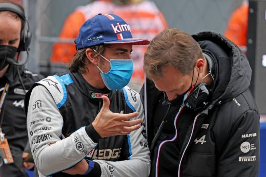 (L to R): Fernando Alonso (ESP) Alpine F1 Team with Marcin Budkowski (POL) Alpine F1 Team Executive Director on the grid. 26.09.2021. Formula 1 World Championship, Rd 15, Russian Grand Prix, Sochi Autodrom, Sochi, Russia, Race Day. - www.xpbimages.com, EMail: requests@xpbimages.com © Copyright: Moy / XPB Images