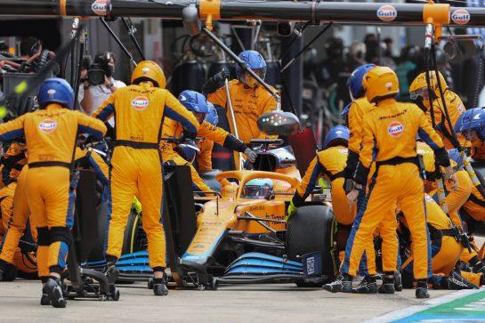 Daniel Ricciardo (AUS) McLaren MCL35M makes a pit stop. 26.09.2021. Formula 1 World Championship, Rd 15, Russian Grand Prix, Sochi Autodrom, Sochi, Russia, Race Day. - www.xpbimages.com, EMail: requests@xpbimages.com © Copyright: Charniaux / XPB Images