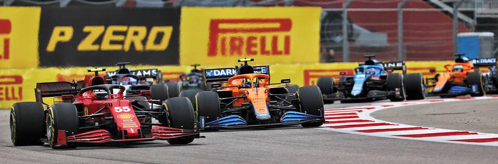 Carlos Sainz Jr (ESP) Ferrari SF-21 leads Lando Norris (GBR) McLaren MCL35M at the start of the race. 26.09.2021. Formula 1 World Championship, Rd 15, Russian Grand Prix, Sochi