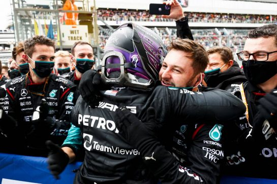 Race winner Lewis Hamilton (GBR) Mercedes AMG F1 celebrates with the team in parc ferme. 26.09.2021. Formula 1 World Championship, Rd 15, Russian Grand Prix, Sochi Autodrom, Sochi, Russia, Race Day. - www.xpbimages.com, EMail: requests@xpbimages.com © Copyright: FIA Pool Image for Editorial Use Only