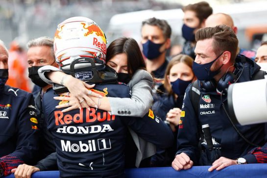 Max Verstappen (NLD) Red Bull Racing celebrates his second position with Kelly Piquet (BRA) in parc ferme. 26.09.2021. Formula 1 World Championship, Rd 15, Russian Grand Prix, Sochi Autodrom, Sochi, Russia, Race Day. - www.xpbimages.com, EMail: requests@xpbimages.com © Copyright: FIA Pool Image for Editorial Use Only