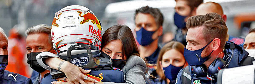 Max Verstappen (NLD) Red Bull Racing celebrates his second position with Kelly Piquet (BRA) in parc ferme. 26.09.2021. Formula 1 World Championship, Rd 15, Russian Grand Prix, Sochi