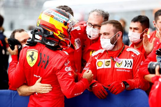 Carlos Sainz Jr (ESP) Ferrari celebrates his third position with the team in parc ferme. 26.09.2021. Formula 1 World Championship, Rd 15, Russian Grand Prix, Sochi Autodrom, Sochi, Russia, Race Day. - www.xpbimages.com, EMail: requests@xpbimages.com © Copyright: FIA Pool Image for Editorial Use Only
