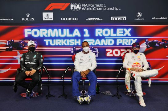 (L to R): Valtteri Bottas (FIN) Mercedes AMG F1; Lewis Hamilton (GBR) Mercedes AMG F1; and Max Verstappen (NLD) Red Bull Racing, in the post qualifying FIA Press Conference. 09.10.2021. Formula 1 World Championship, Rd 16, Turkish Grand Prix, Istanbul, Turkey, Qualifying Day. - www.xpbimages.com, EMail: requests@xpbimages.com © Copyright: Batchelor / XPB Images