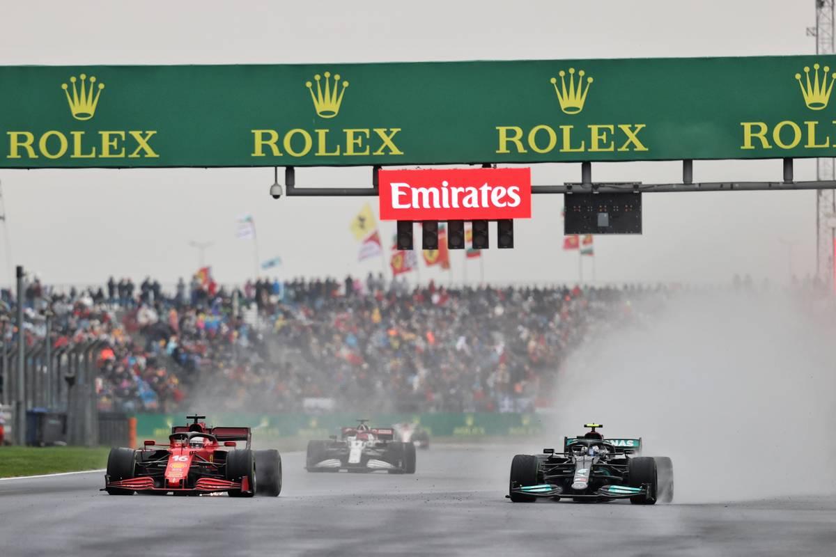 Charles Leclerc (MON) Ferrari SF-21 y Valtteri Bottas (FIN) Mercedes AMG F1 W12 luchan por el liderato de la carrera.  10.10.2021.  Campeonato del Mundo de Fórmula 1, Rd 16, Gran Premio de Turquía, Estambul