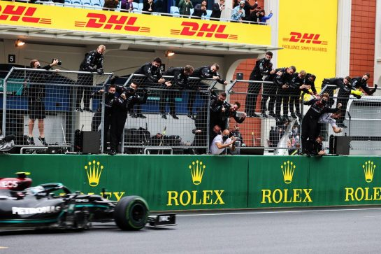 Race winner Valtteri Bottas (FIN) Mercedes AMG F1 W12 passes the team at the end of the race. 10.10.2021. Formula 1 World Championship, Rd 16, Turkish Grand Prix, Istanbul, Turkey, Race Day. - www.xpbimages.com, EMail: requests@xpbimages.com © Copyright: Moy / XPB Images