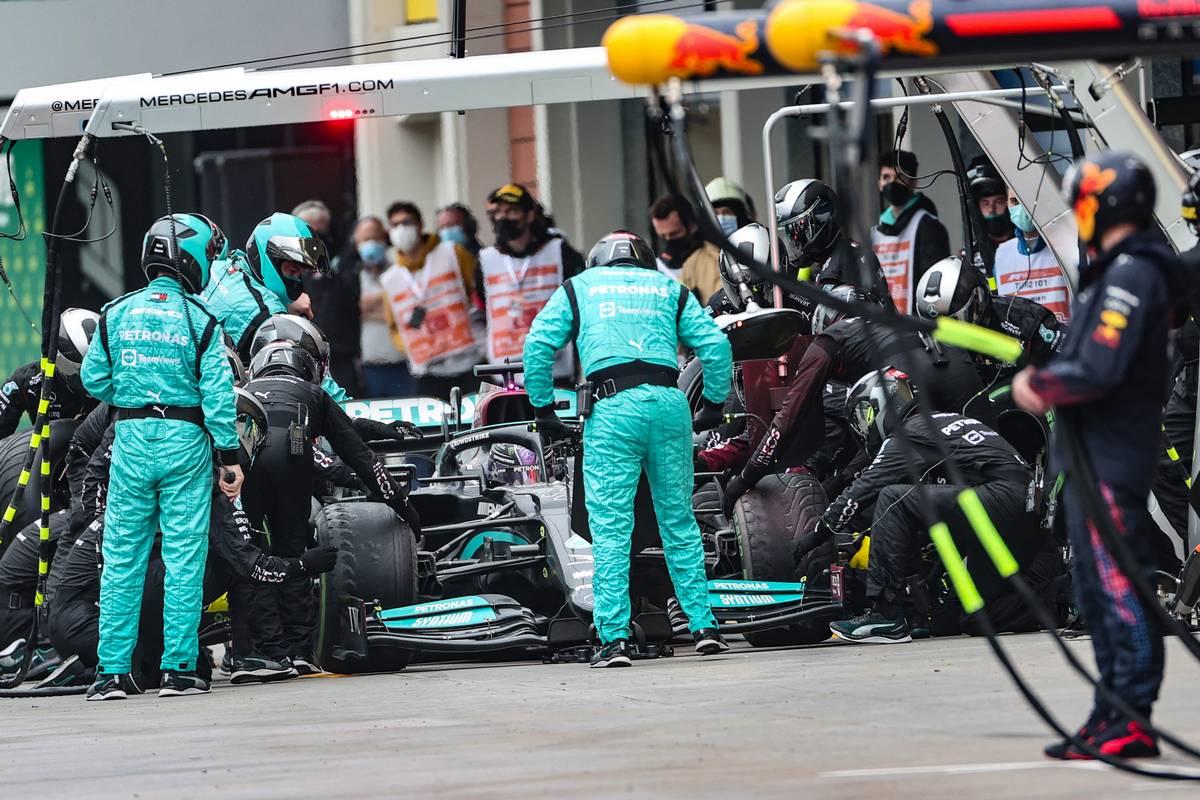 Lewis Hamilton (GBR) Mercedes AMG F1 W12 makes a pit stop. 10.10.2021. Formula 1 World Championship, Rd 16, Turkish Grand Prix, Istanbul