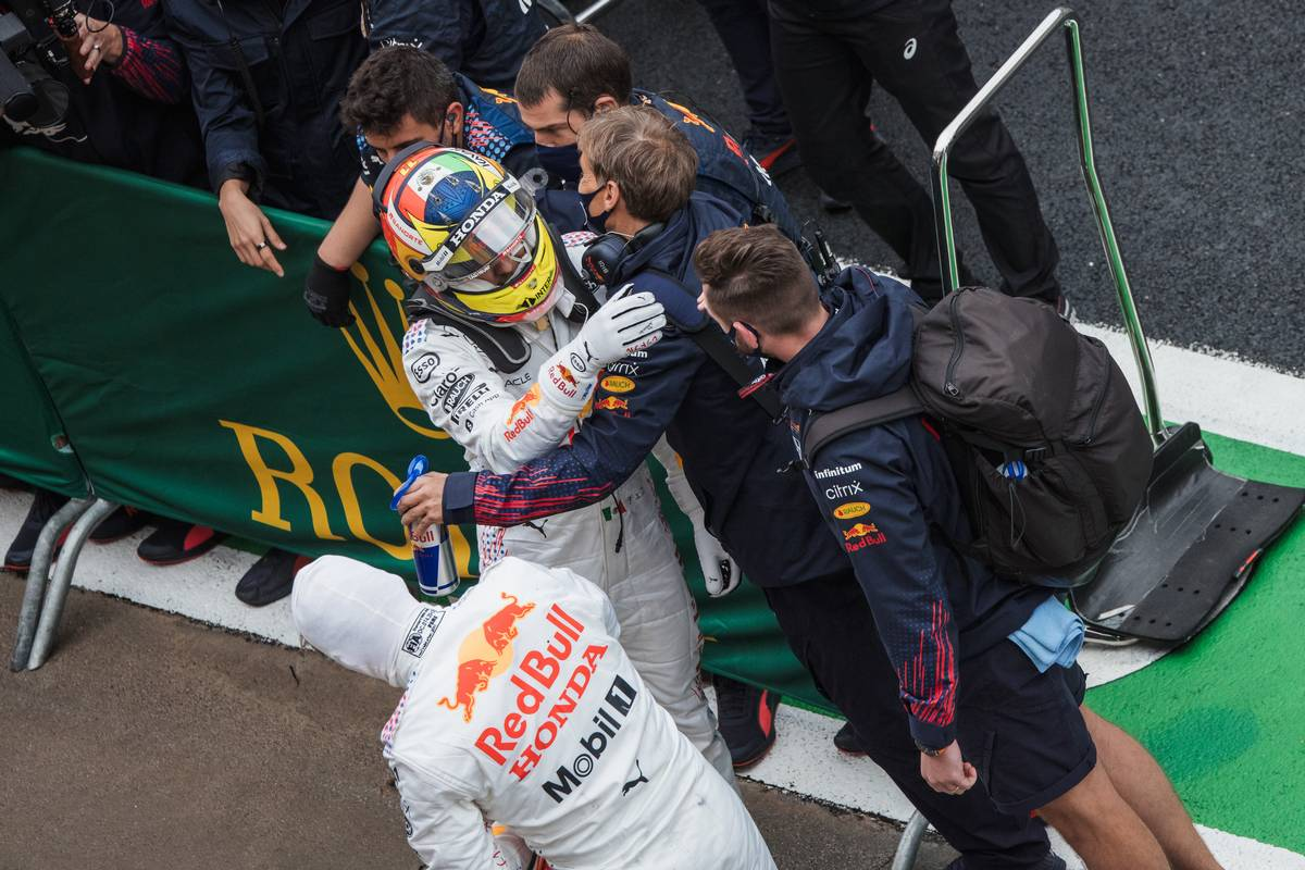 Sergio Perez (MEX) Red Bull Racing and Max Verstappen (NLD) Red Bull Racing celebrate second and third place with the team in parc ferme. 10.10.2021. Formula 1 World Championship, Rd 16, Turkish Grand Prix, Istanbul