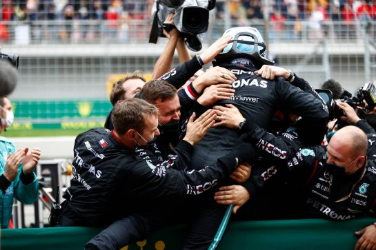 Race winner Valtteri Bottas (FIN) Mercedes AMG F1 celebrates with the team in parc ferme. 10.10.2021. Formula 1 World Championship, Rd 16, Turkish Grand Prix, Istanbul, Turkey, Race Day. - www.xpbimages.com, EMail: requests@xpbimages.com © Copyright: FIA Pool Image for Editorial Use Only